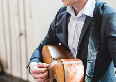 Andy Stuijfzand speelt gitaar bij JES Music